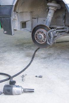 Car disc brakes pneumatic wrench tool