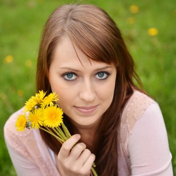 Beautiful girl posing with spring flowers