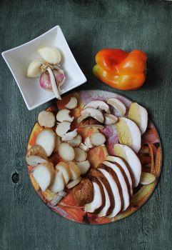 Ingredients: sliced mushrooms, pepper, garlic