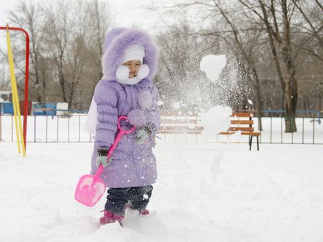 Four year old girl threw herself with snow shovels