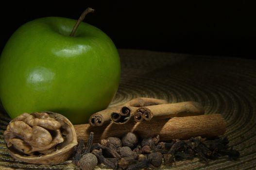 Green apple, cinnamon and walnut