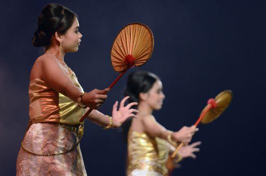 Taenzerinnen bei einem traditionellen Tanz im Santichaiprakan Park am Mae Nam Chao Phraya in der Hauptstadt Bangkok von Thailand in Suedostasien.