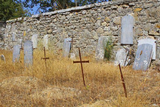 Lapidi nel cimitero di campagna abbandonato