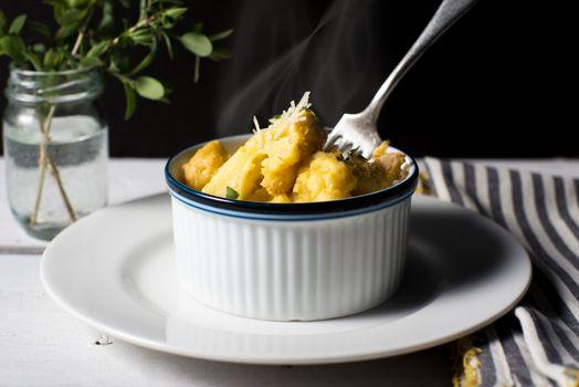 Macaroni and cheese type baked cauliflower gratin