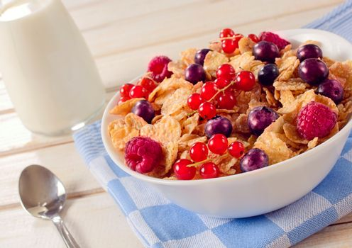 Cereals and berry fruit in bowl