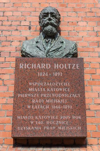 Bust and plaque commemorating Richard Holtze