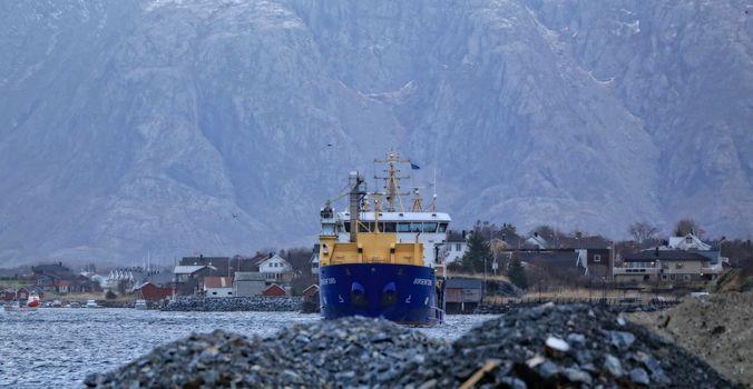 Båten skal beskjeftiges av BioMar med transport av fiskefôr langs norskekysten. Passerer gjennom Brønnøysundet
