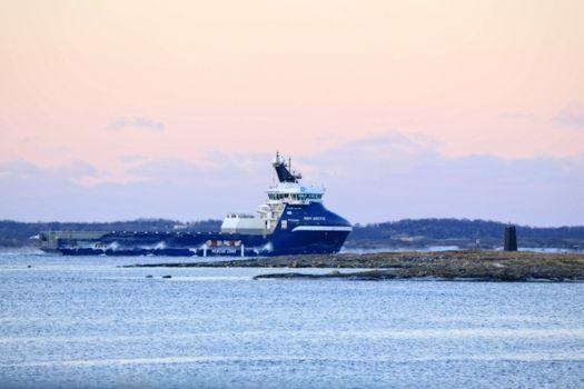 Rem Arctic  - Offshore Supply Ship Fartøyet er spesialbygd for operasjon i arktiske strøk og er av typen VS 485 MK III ARCTIC.  Kleven har levert fleire fartøy av liknande design, men dette nye Rem-fartøyet vil få klassenotasjonen Winterized Basic.  Det betyr mellom anna at fartøyet får funksjonar for hindring av isdanning og avising