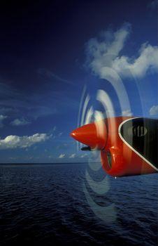 Ein Wasserflugzeug in der Luft ueber den Inseln der Malediven im Indischen Ozean.