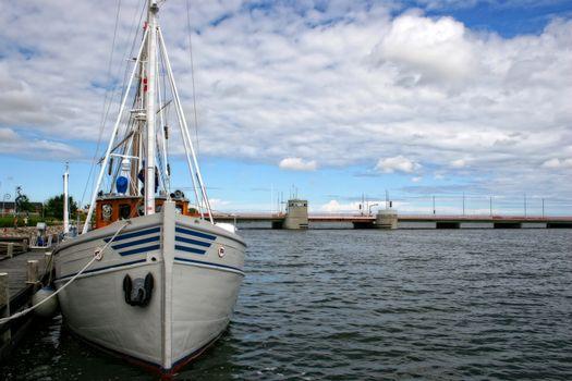 Båt ved kai i Hadsund Danmark
