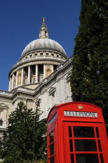 St Pauls cathedral and phone box