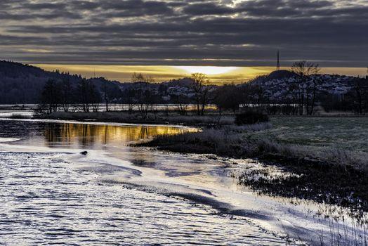 Ettermiddagssol som har gjemt seg bak skyene mot Egersund og Vardberg