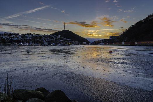Kulda har fått litt taket og det har begynt å legge seg litt is. Utsikt mot Egersund, og sola har begynt å forsvinne bak skyer.
