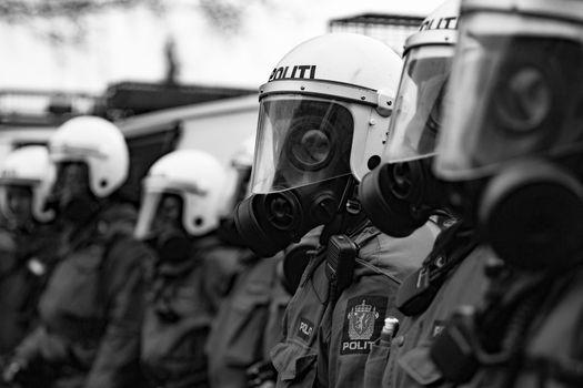 Flere demonstranter brøt gjennom politiets sperringer i Oslo sentrum i protest mot NATOs krigføring i Afghanistan.
