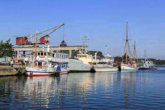 Gamle båter ved kai i Mariager havn