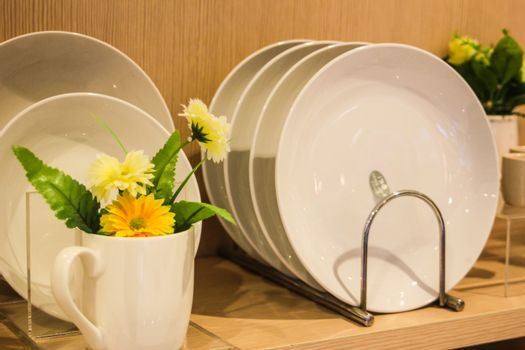 Dishes with yellow flowers - make you fresh