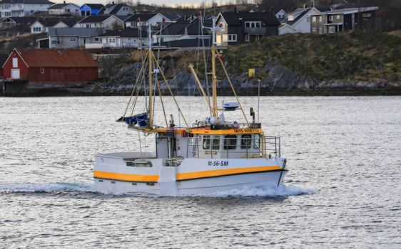 Fiskebåt på tur nordover på lofotfiske?