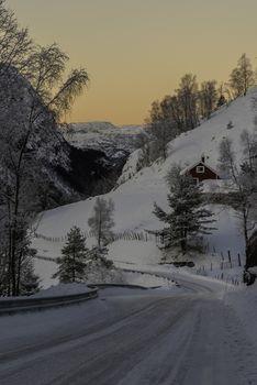 En tidlig vintermorgen ved Kvitingen i Lund.        vinter, morgen, snø, kaldt, Kvitingen, Lund, Rogaland, Dalane, natur, landskap, hvitt, trær, oransje, vei
