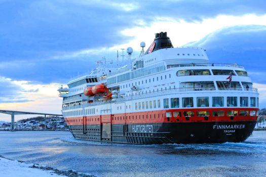M.s Finnmarken dra fra Brønnøysund på ettermidagen (Tussmørke)