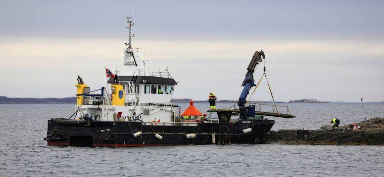Kystverkets M.s Lindenes igang med å skifte/reparere fyrlykt i Brønnøysundet