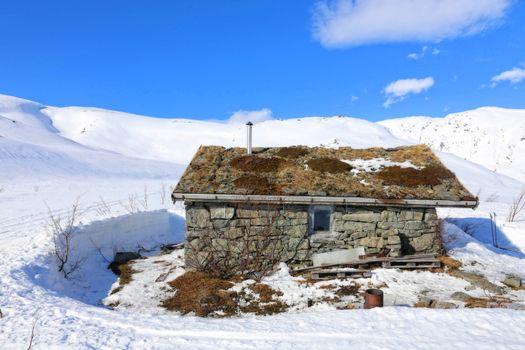 Skitur på Tosenfjellet  i Brønnøy -  påsken 2016 - Den første fjellstua på Tosenfjellet ble trolig bygd av Telegrafverket i 1869, da de bygde den første telegraflinja over fjellet. Dette er den steinhytta som står der i dag, men restaurert i 1988. Hytta fremstår i dag tilnærmet lik den opprinnelige og er åpen for alle.