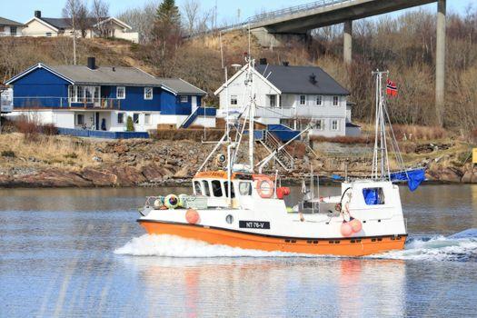 Sjarkfisker hjem fra Lofotfiske!! (pass gjennom Brønnøysundet)