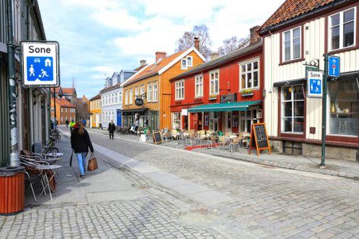Rundtur i Trondheim en vårdag  - Gate bakklandet