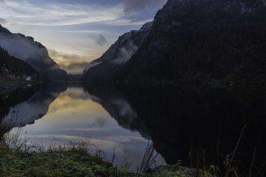 Langs Hovsvatnet mot Drangsdalen i Lund etter solen har gått ned og det ligger litt tåke i dalen.