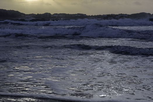 Bølger på tur inn mot stranden.