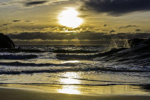 Bølger kommer inn mot Brusand.