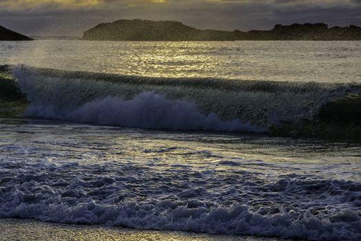 En liten bølge på tur inn.