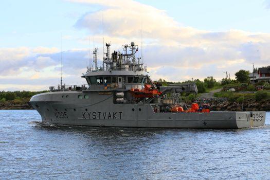 Kystvakt skipet Magnus Lagabøte passerer gjennom Brønnøysundet
