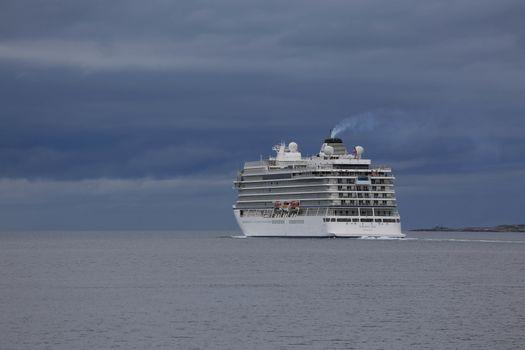 """Cruiseskipet Viking Sea eies av norske Torstein Hagen, Bergen Lengde × bredde 228.2 X 28.8 grosstonn 47800 Jomfruturen til """"Viking Sea"""" går til Nord-Norge Tidenes største besøk i Brønnøysund"""