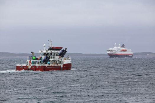 Spesialfartøyet KB Rørvik gjennom Brønnøysundet og møter Hurtigruten Ms Kong Harald