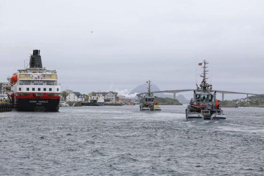 M.S Kong Harald ankommer Brønnøysund, Sammen med KNM  Sleipner og KNM Mjølner