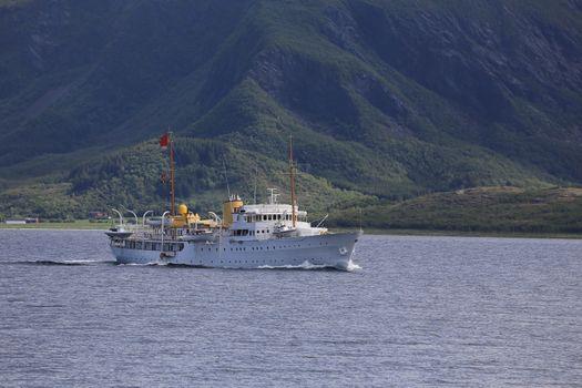 Kongeskipet fører Kongeflagget, for å vise at Hans majestet Kong Harald V er om bord