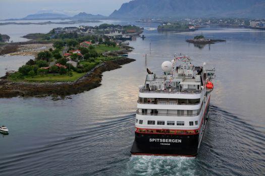 M.s Spitsbergen passerte gjennom Brønnøysundet  på jomfruturen nordover 23.juni 2016. Skal døpes i Svolvær 6.juli 2016