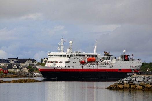 M.s Veterålen passerer gjennom Brønnøysundet