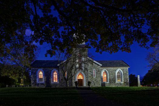 Brønnøysund kirke i kveldsskjømmingen