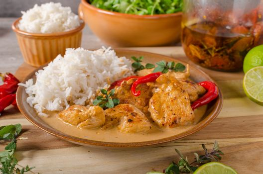 Delicious chicken curry with white rice, simple but full of flavours