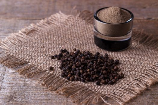 black pepper corns and powder