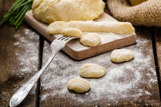 Preparing gnocchi