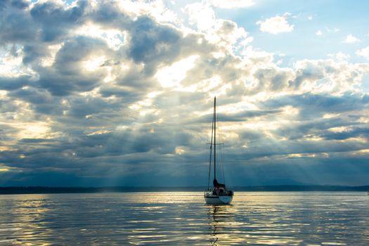 Sailboat emkpuomg Sunbeams