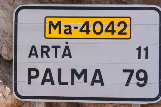 Road sign in Spain. Give the distance to the places Arta and Palma. Recording in Mallorca, Spain. Caption in Spanish.