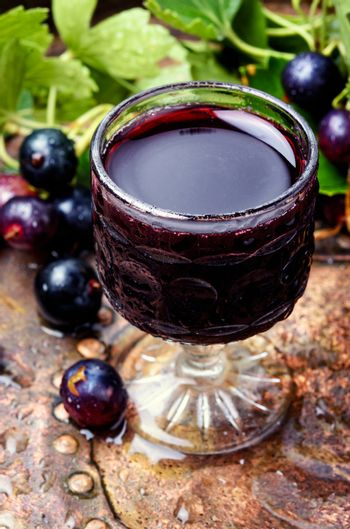 Alcoholic beverage with berries