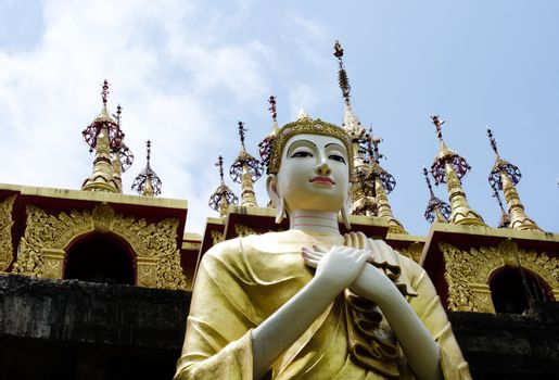 Buddha statue in front of places of worship is the worship of Bu