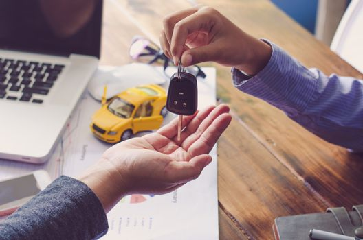 Real showroom car agents will give keys to tenants after the con