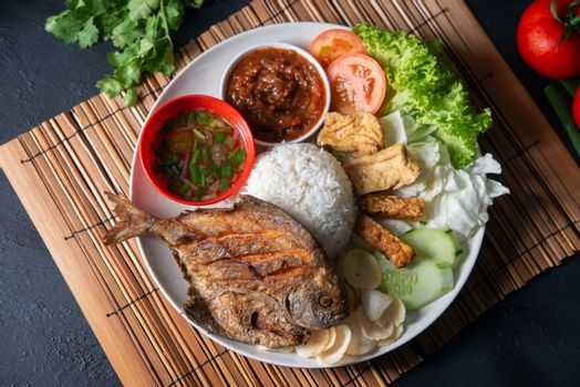 Fried pomfret fish and rice