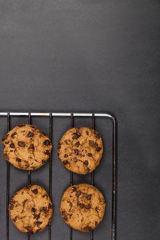 Baking grid with chokolate cookies.