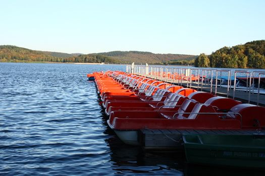 moored at the dock, red pedal boats    am Anlegesteg festgemachte,rote Tretboote